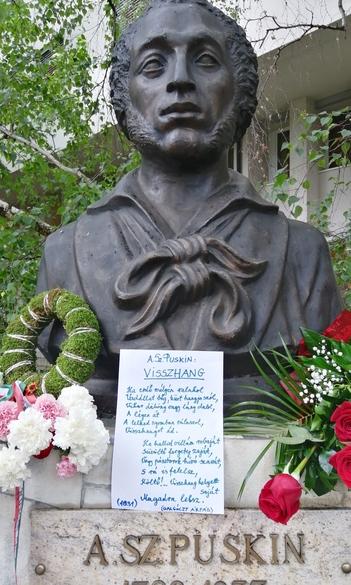 Возложение венков у бюста Пушкина в г. Дьёндёш